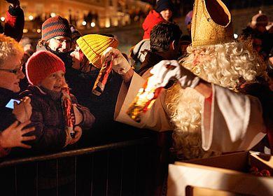 Familienurlaub an der Mosel im Winter: Jedes Jahr zum Weihnachtsmarkt findet das Fackelschwimmen in Bernkastel-Kues an dem Wochenende vor dem Nikolaustag statt. Die Fackelschwimmer begleiten den Nikolaus zum Bernkasteler Moselufer, wo er an die kleinen Besucher Geschenke verteilt.